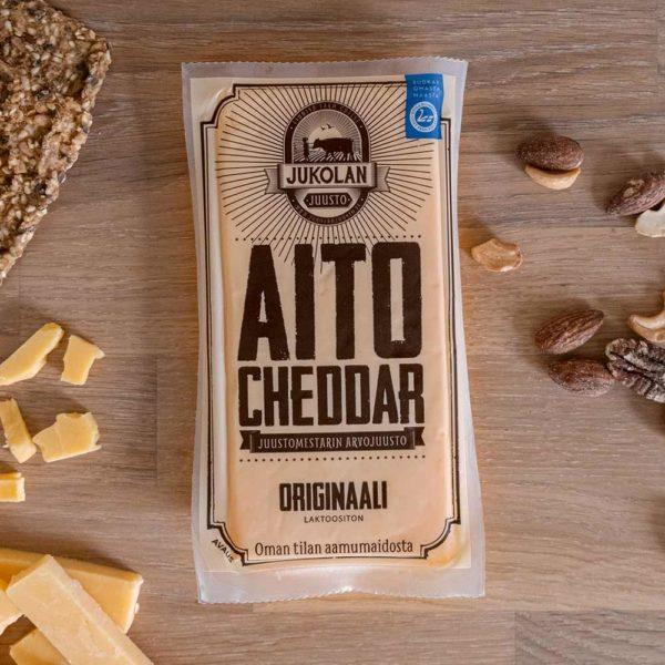 Aito cheddar originaali -pakkaus edestä suora.
