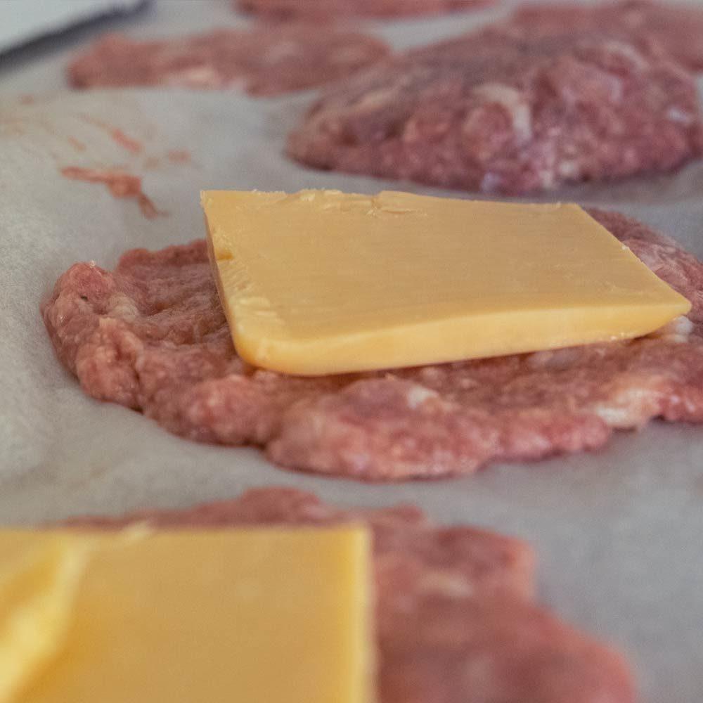Cheddar-täytteiset pekoni-jauhelihapihvit valmistuskuva