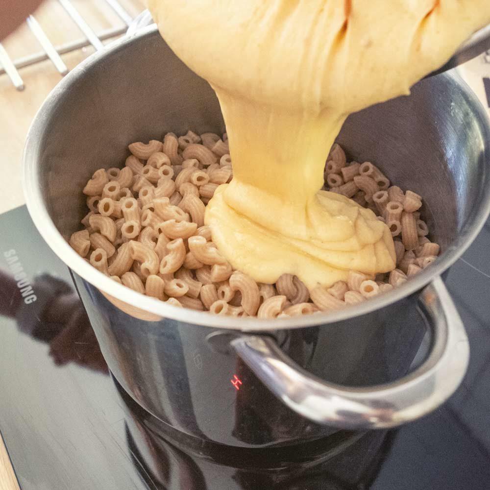 mac and cheese juustokastikkeen kaato makaroneihin