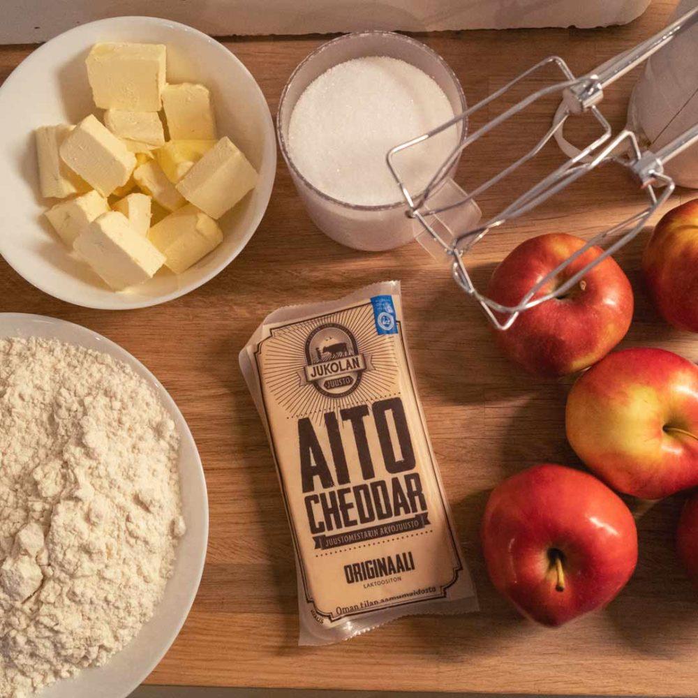 Cheddar-omenapiirakka ainekset