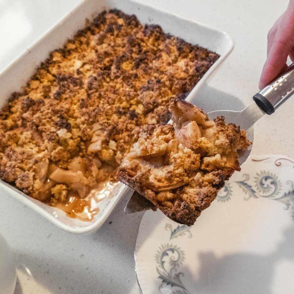 Cheddar-omenapiirakka valmis annos nostetaan lautaselle