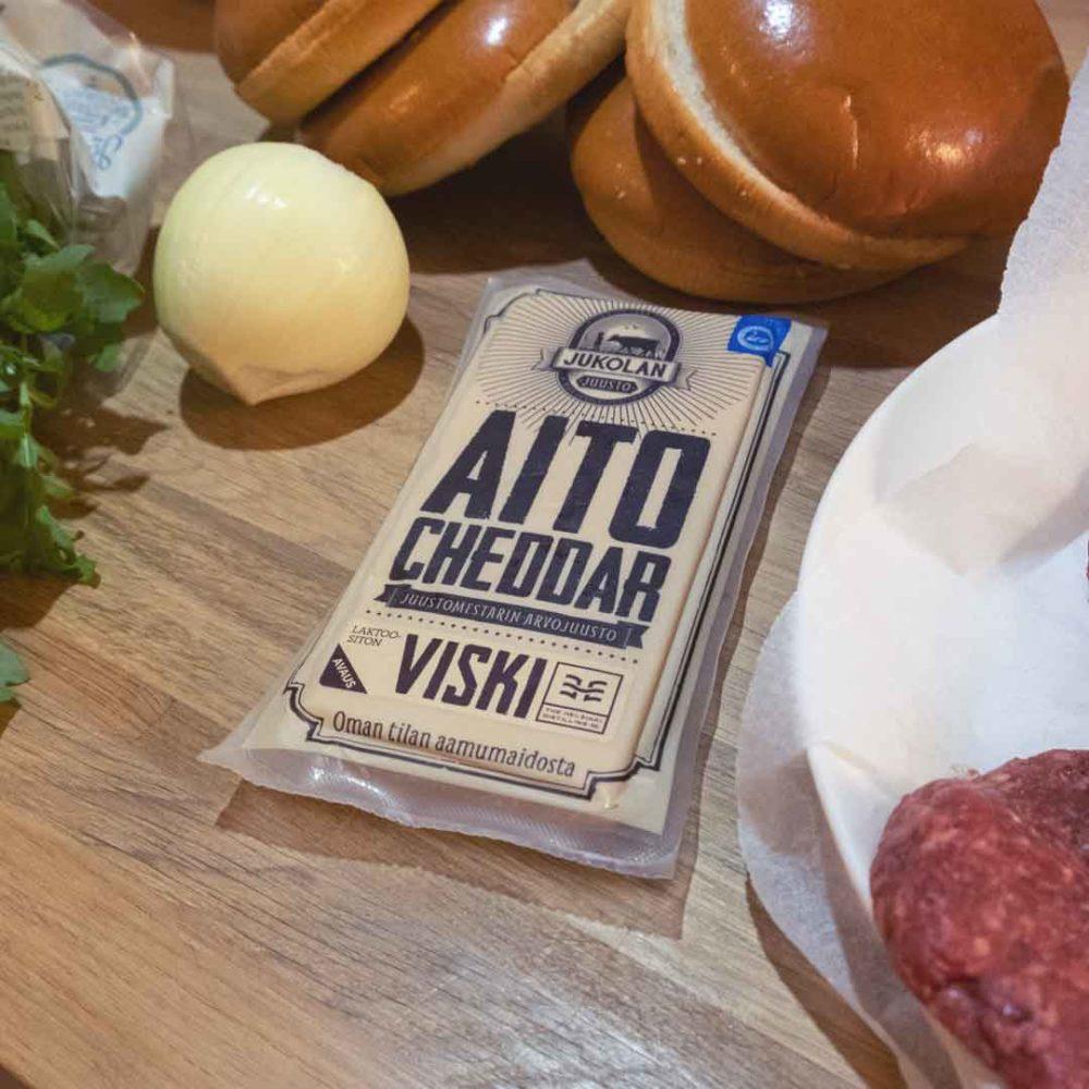 Viskiburgerissa käytetty juusto Aito Cheddar Viski